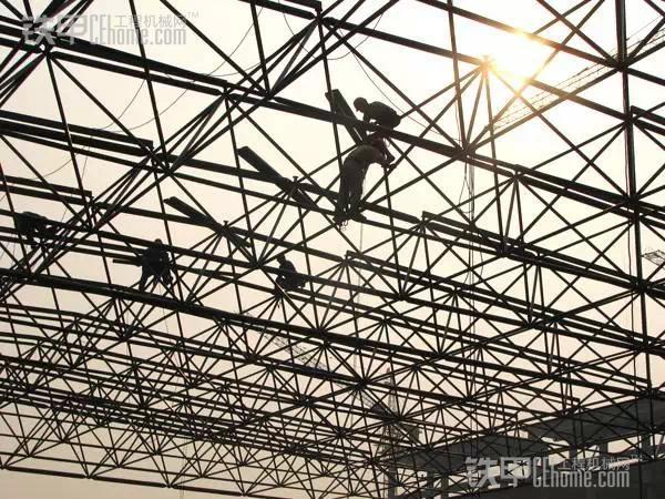 钢结构网架结构是目前国内大型体育场馆、工业厂房、影剧院、侯车厅等建筑常用的屋盖形式。这种新样式结构的方法是依赖钢体自身的受力,用螺栓球把一根根钢柱连接在一起相互交错支撑,网结成各种形态不一的屋盖空间。从小至几米的会议室到大至跨度几百米的工业厂房,这些都是空间网架结构所适宜的范围。 1、钢结构网架结构的型态奔放舒展。它既含概了古典建筑的韵律美,又有现代造型艺术的浪漫性。因此,越来越多的建筑师利用它的坚固性和艺术性来设计构筑大型屋顶骨架。这种新颖美观的网架结构。为现代建筑构筑了新的物体形像。 2、钢结构网架是